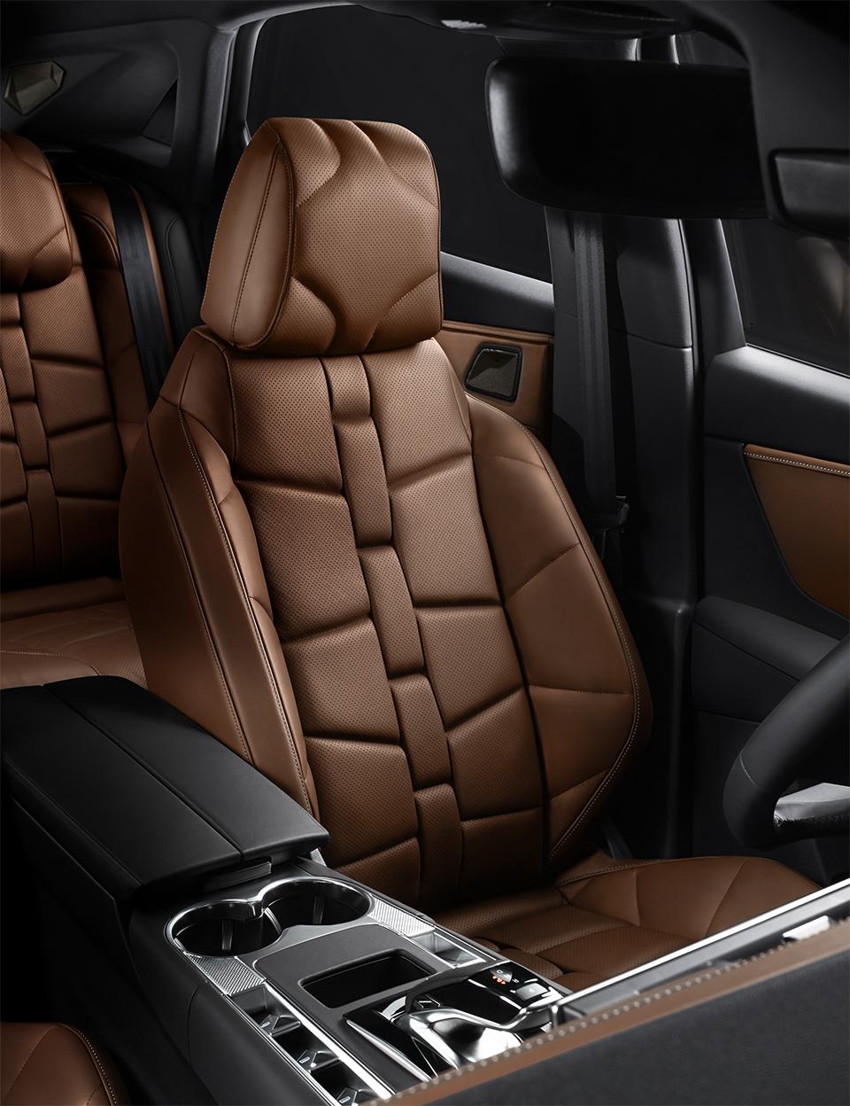パリの職人技が詰まった、ナッパレザーのシートに魅せられる特別仕様車がデビュー。